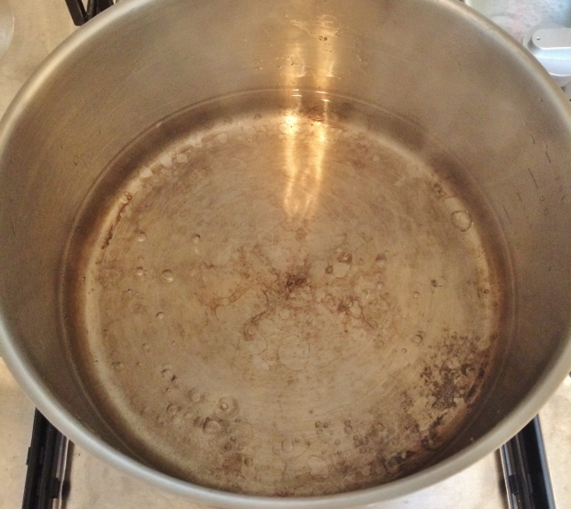 Boiling water and sugar for stewed fruit