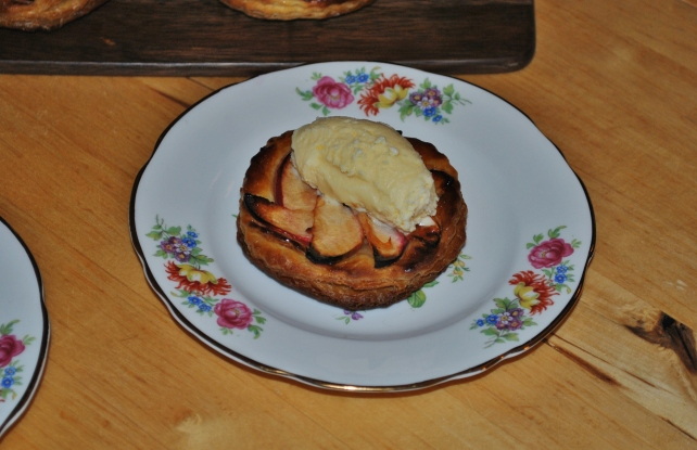 Quick apple tart served with vanilla ice cream