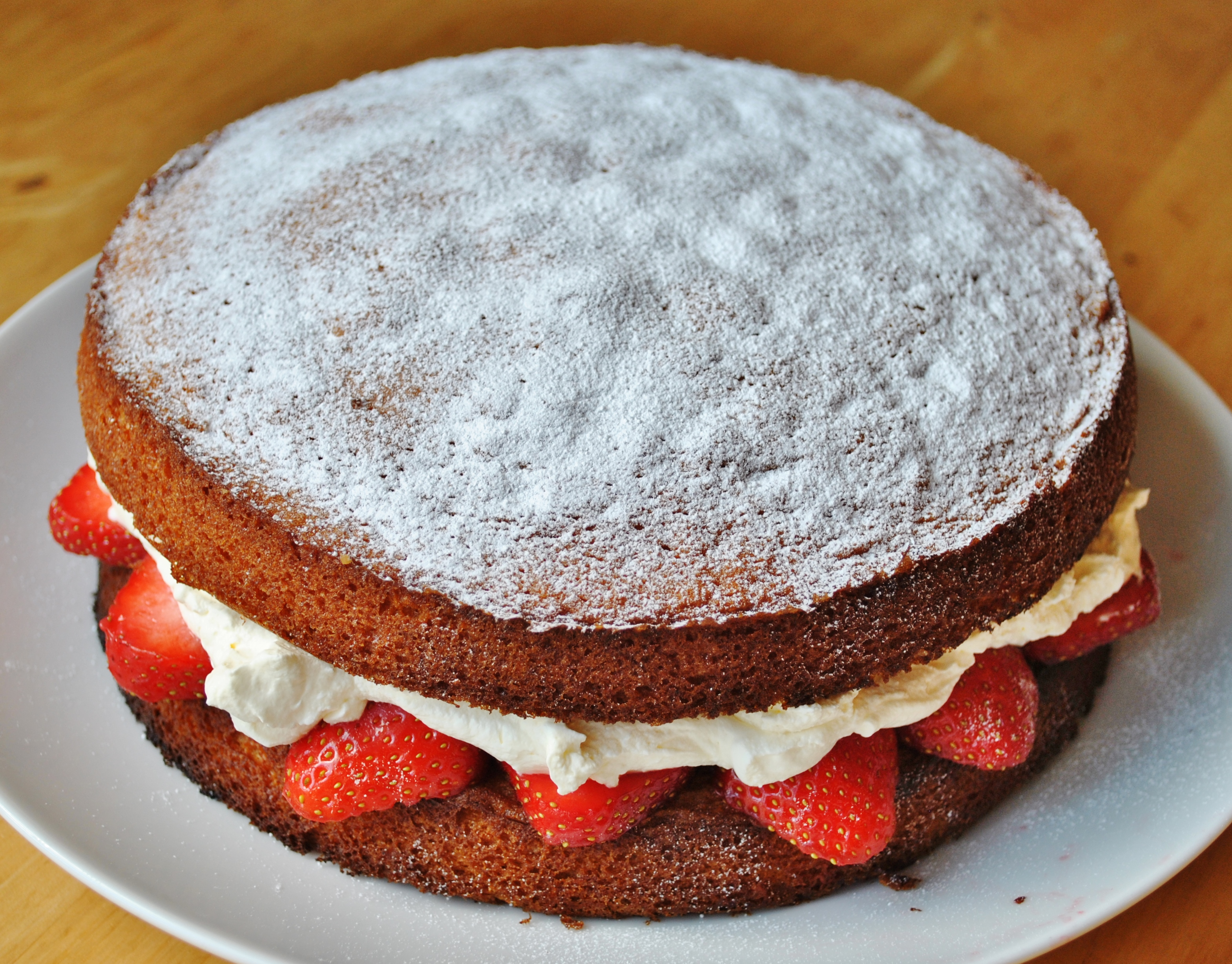 Cake With Icing Sugar Recipe : Victoria sponge with fresh strawberries and cream The ...