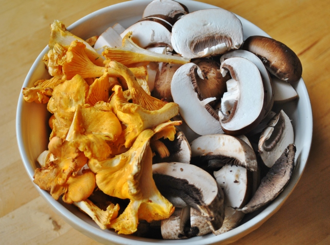 Mixed cleaned and sliced mushrooms