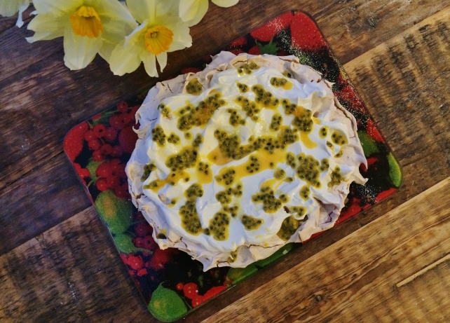 Easter pavlova with lemon curd and passion fruit 1